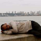 A Mumbai c'è anche chi schiaccia un pisolino su Marine Drive